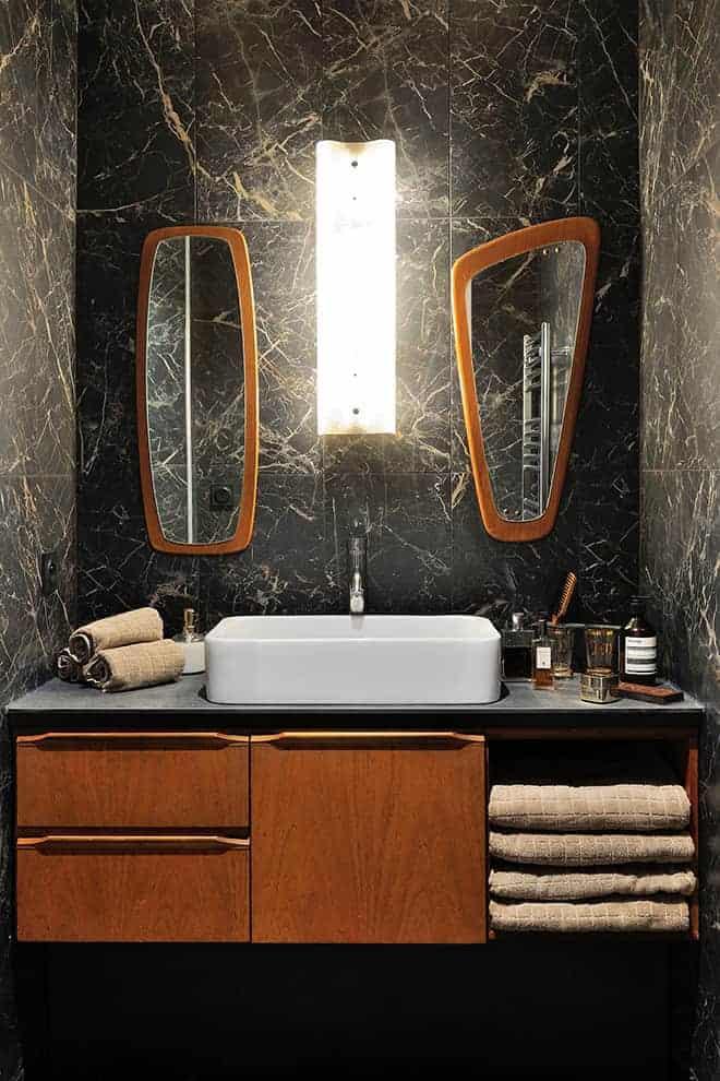 Salle de bains composée d'une enfilade vintage, de miroirs de chez Pieds Compas. Revêtement mural en grès cérame Marazzi, chez Décocéram.