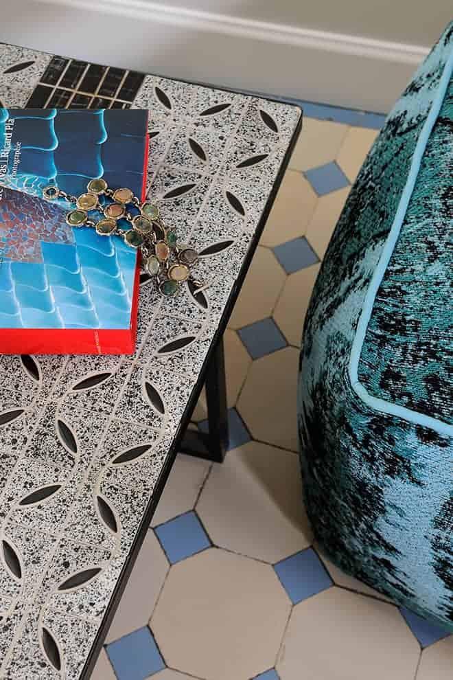 Chambre sous la thématique d'Antoni Gaudí, avec une teinte bleu ciel soufflée par le carrelage d'origine.