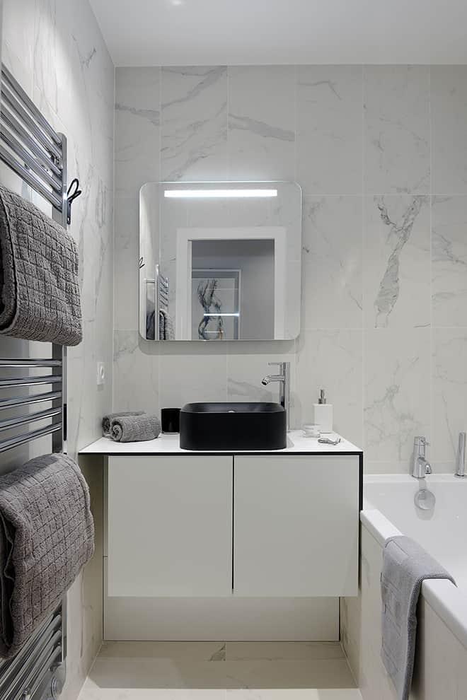 Salle de bains en grès cérame Marazzi, chez Décocéram et meuble sur-mesure réalisé en Trespa.
