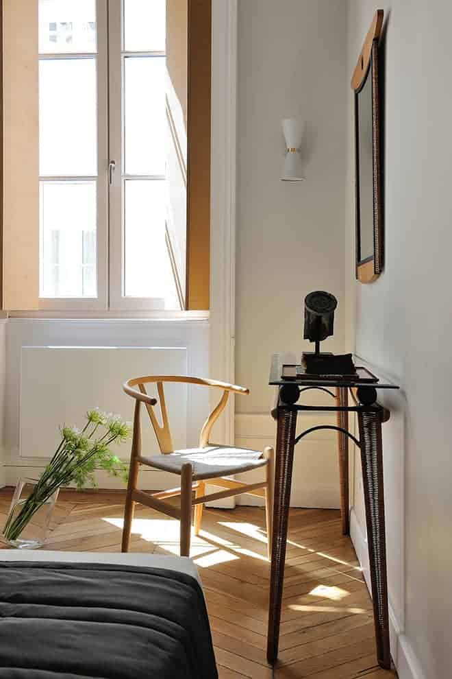 Chaise de Hans Wegner et console/bureau en métal et rotin, chinée.
