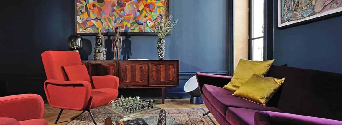 Comme l'ensemble des pièces, le salon se compose d'œuvres, d'objets, de luminaires et de meubles chinés aux Puces du Canal, chez les antiquaires de la région ou dans la boutique Pieds Compas. À l'instar de ce bahut en palissandre de Rio découvert chez Danke Galerie.