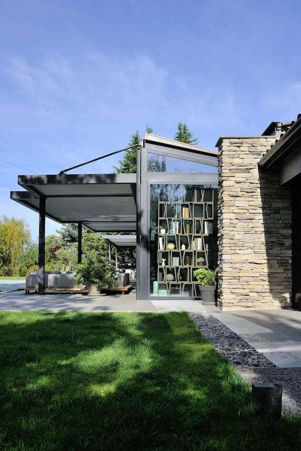 Les pergolas bioclimatiques insufflent aux espaces extérieurs une sensation spatiale maîtrisée entre intérieur et extérieur.