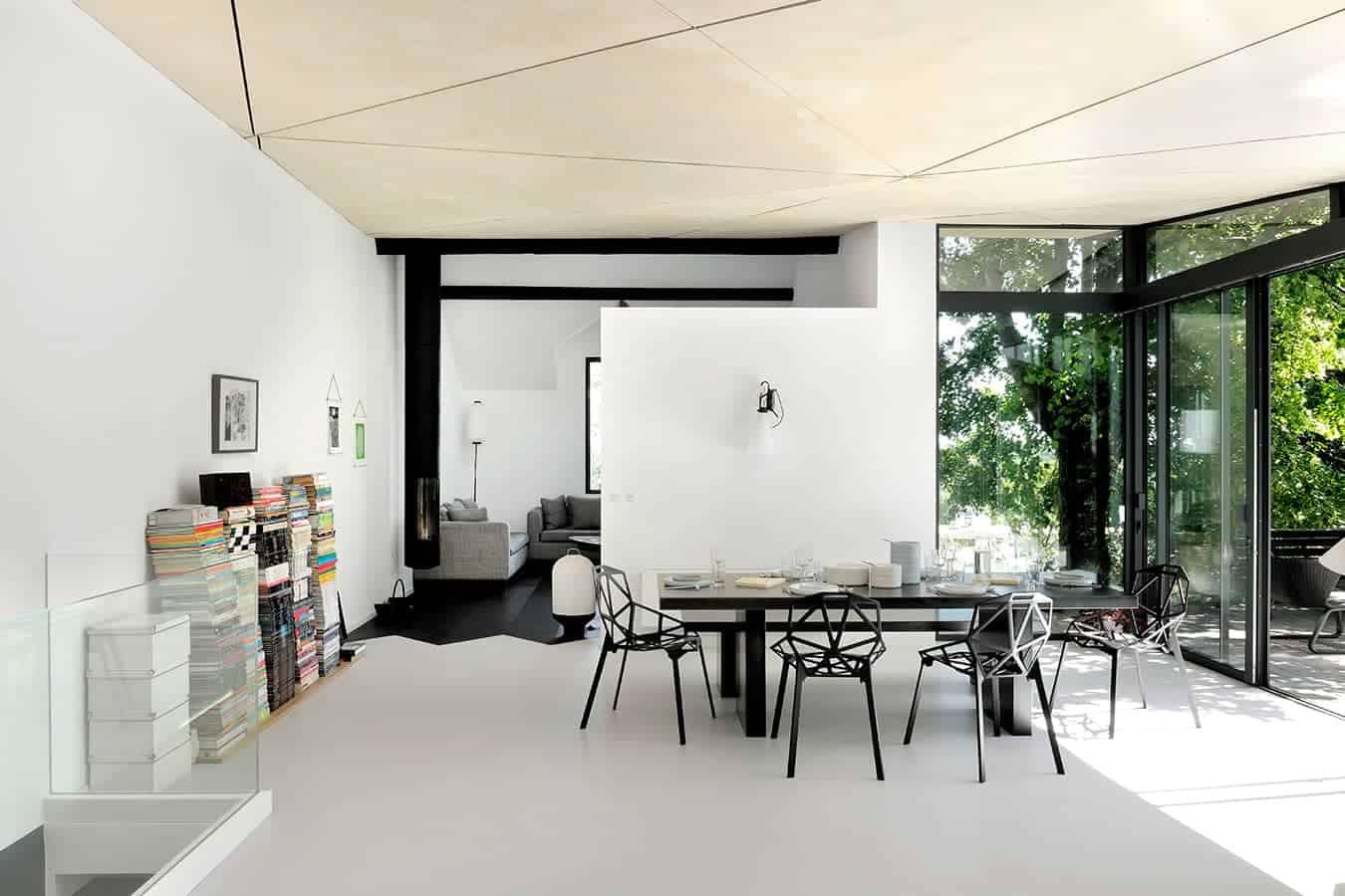 L'espace intérieur s'inscrit dans une dynamique noire et blanche, réchauffée par un jeu graphique au plafond.