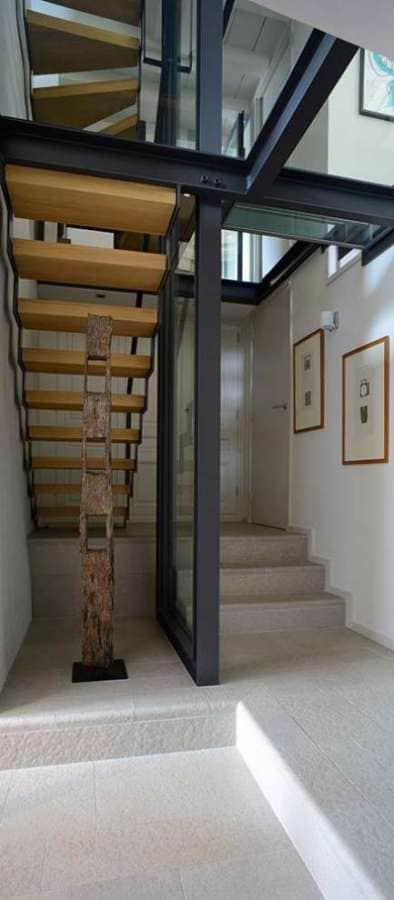 Cage d'escalier vue du rez-de-jardin. Réalisation architecture d'intérieur Dorga - David Burles Photographe Erick Saillet