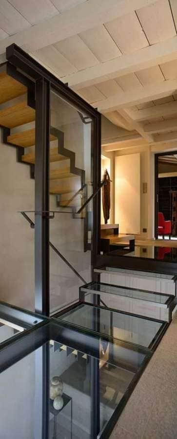 Cage d'escalier laissant entrevoir l'entrée (extension), le 1er niveau avec plafond originel en bois et le rez-de-jardin via la dalle de verre. Réalisation architecture d'intérieur Dorga - David Burles Photographe Erick Saillet
