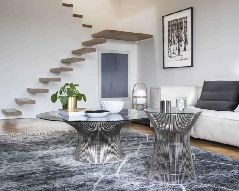 L'espace salon se compose du canapé NeoWall dessiné par Piero Lissoni pour Living Divani, accompagné des tables basses Platner par Knoll et du lampadaire Serge Mouille mêlé au mobilier de famille.