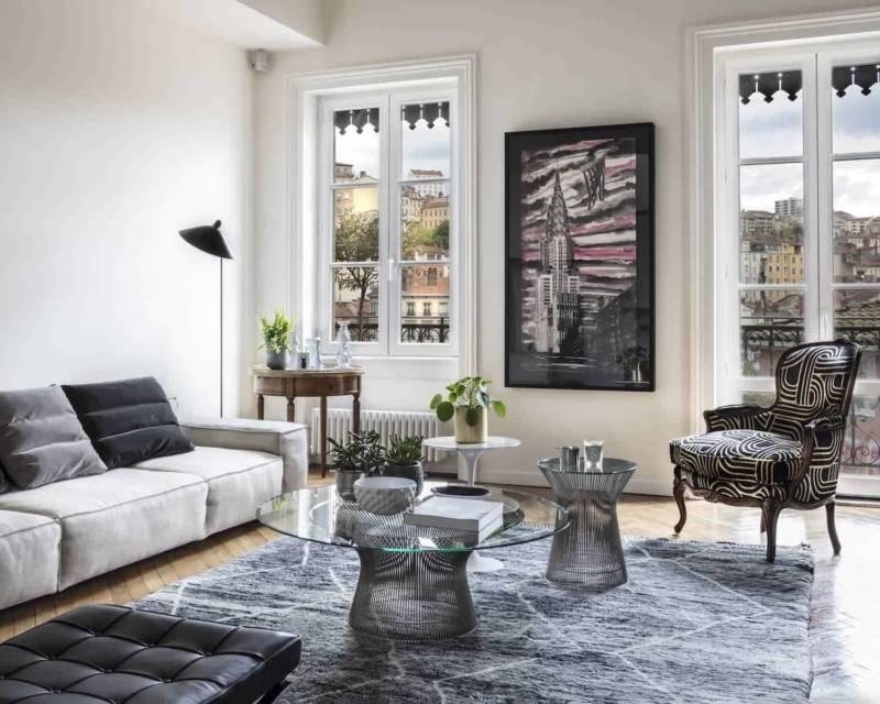 Cette implantation permet aux ouvertures d'exprimer pleinement leur caractère pictural avec pour toile de fond les rives de Saône.
