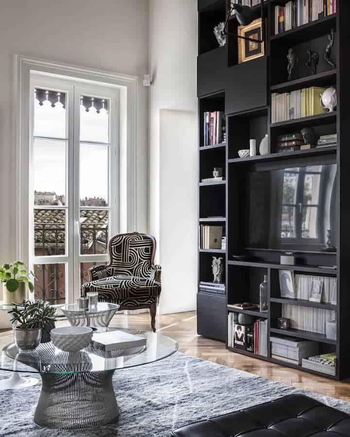 Pièce centrale de l'appartement, le système Lema a été réfléchi comme un élément multi-facettes et multi-fonctions, tout en concédant une dynamique verticale maîtrisée.