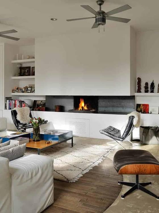 L'espace réceptif s'ouvre sur 100 m2, avec des meubles et des toiles à échelle. Canapés en cuir MDF Italia chez RBC. Fauteuil et ottomane Eames, de Charles et Ray Eames des années 1950, Vitra. Fauteuils Barcelona Premium Original de 1960 signé Mies van der Rohe, Puces du Canal.