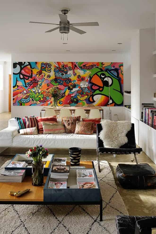Versant salle à manger, le panoramique customisé par le duo Birdy Kids enveloppe par sa présence chromatique tout le décor.