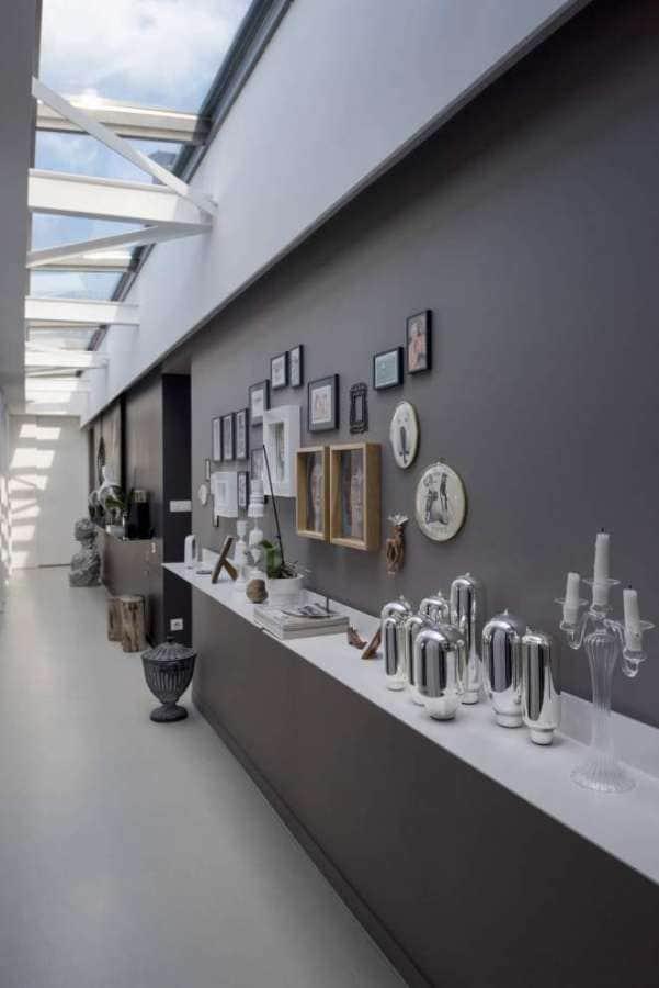 Couloir-galerie, distribuant les chambres. Envolée de 12 mètres linéaires Photographe Sabine Serrad