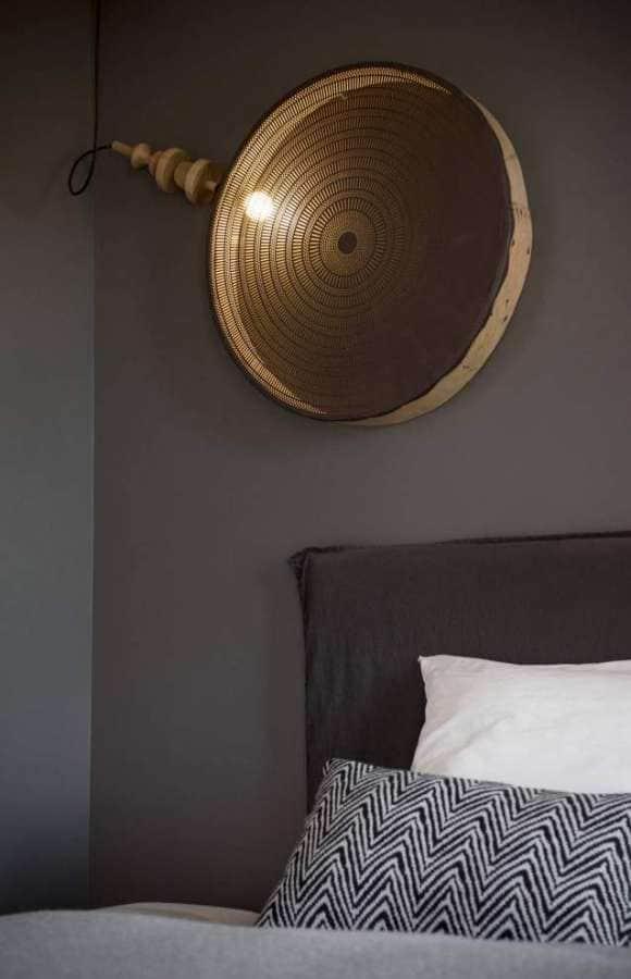 Chambre d'amis, avec lustre réalisé par karine et Frédéric Photographe Sabine Serrad