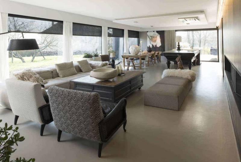 Espace réception, salon, cuisine et salle à manger de 80 m2. Tableau réalisé par Karine. Canapé Living Divani, Maison Hand (Lyon 2ème). Photographe Sabine Serrad
