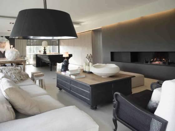 Espace de réception, salon - cuisine et salle à manger de 80 m2, avec îlot composé d'un ancien billard reconverti en plan de travail. Photographe Sabine Serrad