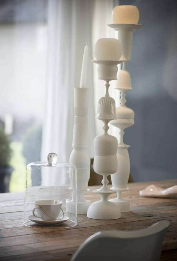 Bougeoirs composés de verres peints à la main et assemblés. Création Karine et Frédéric. Photographe Sabine Serrad
