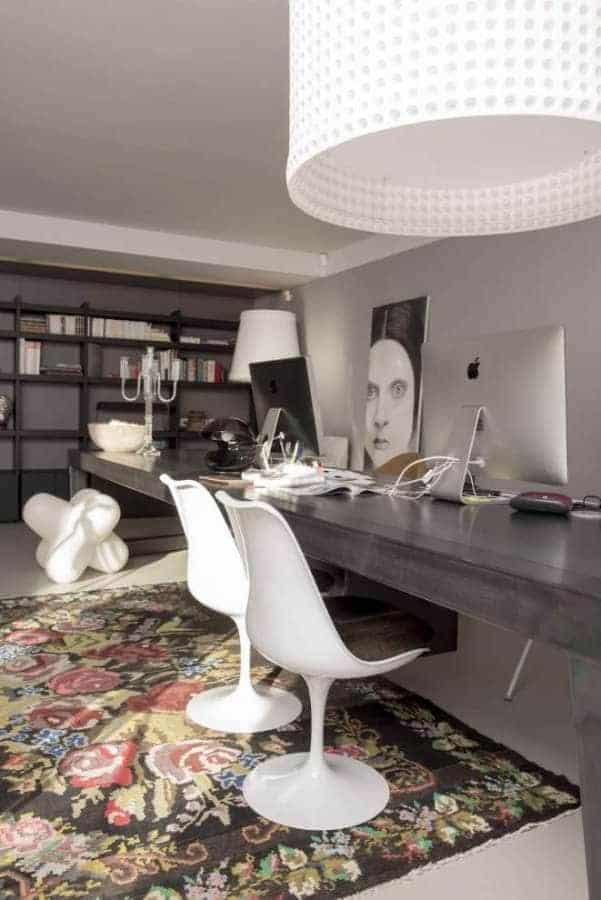 Bureau avec table en acier sur-mesure, chaises Knoll et bibliothèque Habitat Photographe Sabine Serrad