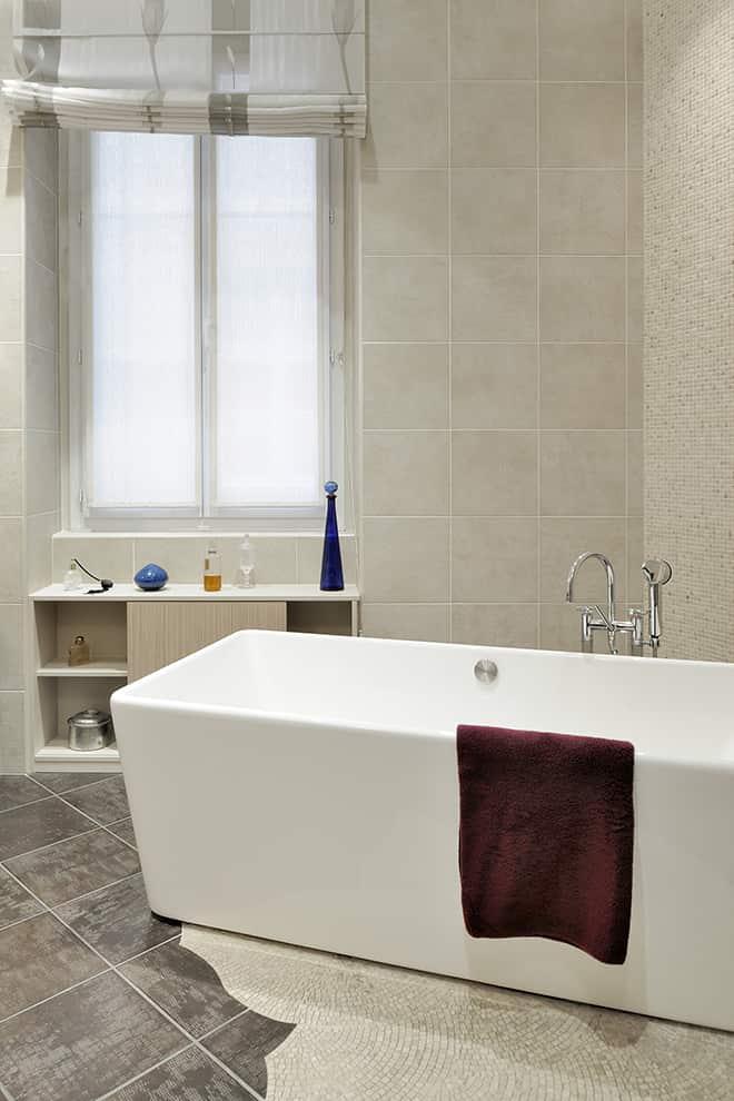 Salle de bains avec baignoire îlot de Giulio Cappellini pour Flaminia et mélangeur à pont Dornbracht.