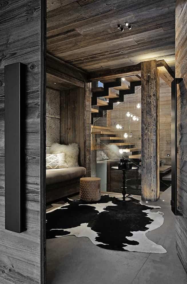 L'entrée donne le ton. Un luxe à la fois sauvage et contemporain, auréolé d'une ossature rustique. Niche décorative habillée de tissu Pierre Frey. Guéridon Pols Potten.
