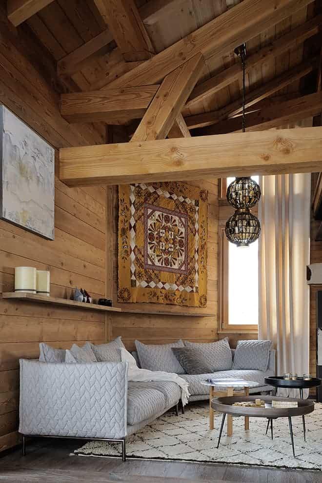 Le coin lounge/télévision crée le lien entre le salon et la master suite. Canapé Gentry de Moroso, chez Claude Cartier. Tables basses Mater.