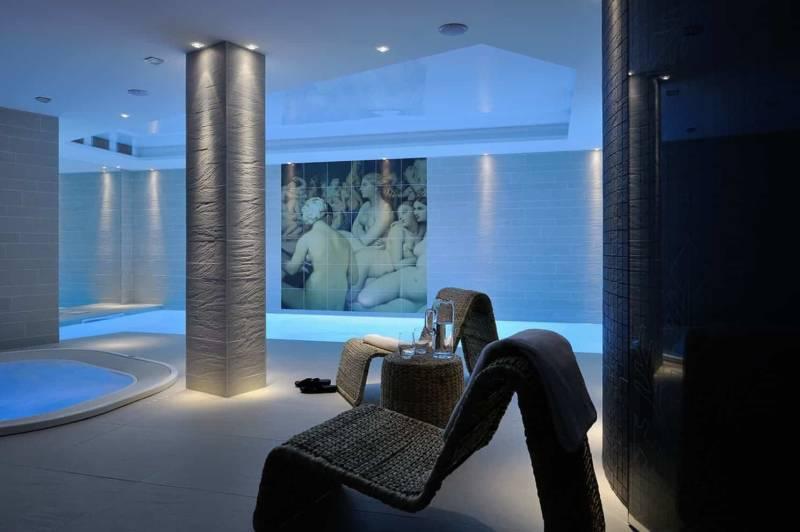 Au sous-sol, l'espace wellness sécurisé s'inscrit dans une ambiance zen, apportée par la lumière tamisée et cette fresque imprimée sur céramique représentant le tableau Le Bain turc, d'Ingres. Sur une idée des Héritiers, réalisée au spa Carita de l'hôtel Best Western, à Chassieu.