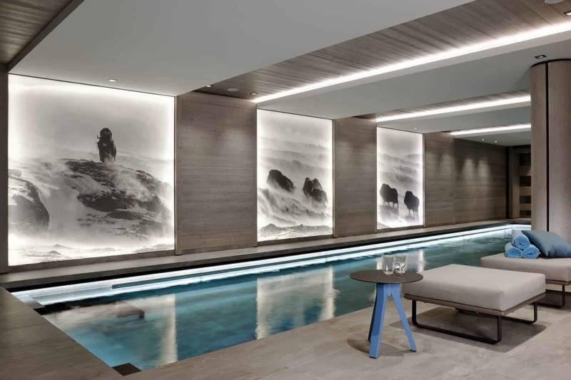 Spa, hammam, salle de massage, sans omettre le bassin de nage qui s'étire sur 20 mètres. Même en ce lieu, on retrouve ce dialogue vertical/horizontal, matérialisé par les toiles rétroéclairées, filant via les faux-plafonds à travers la pièce.