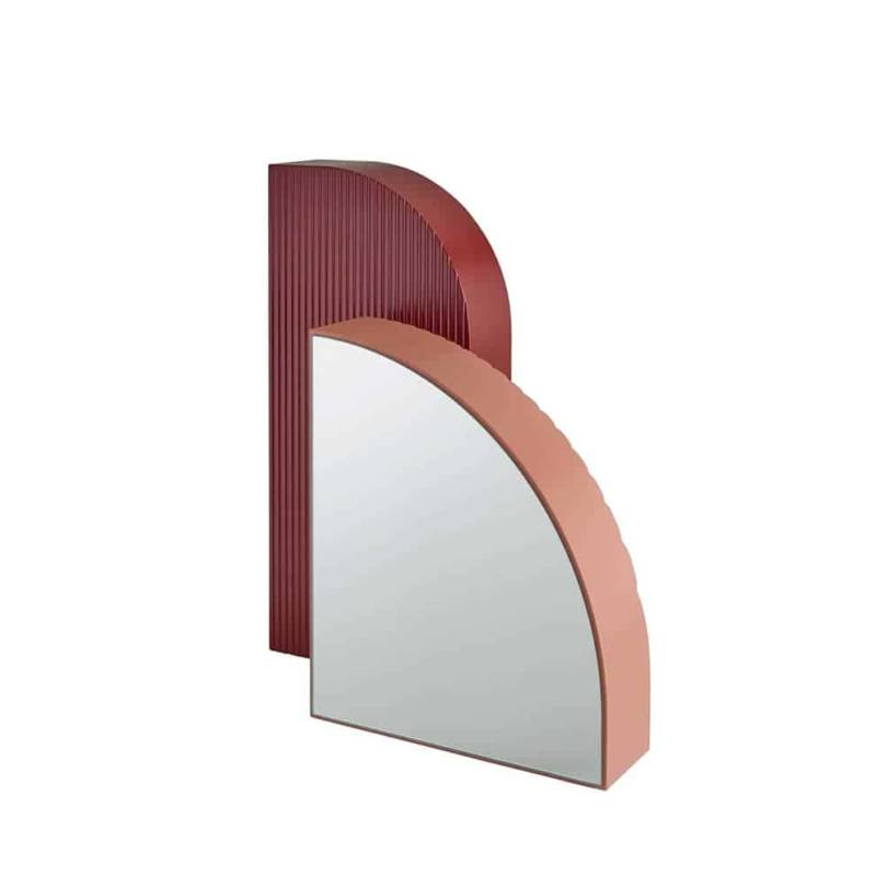 Arceau, miroirs à poser en MDF lisse et rainuré, laqué rouge oxydé et rouge beige. 28 x P 11,5 x H 62 cm et 37,5 x P 12,5 x H 45,5 cm. Design Numéro 111. ©Ligne Roset
