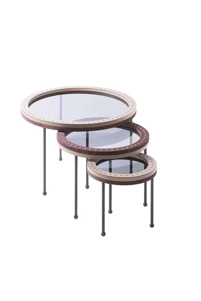 Augustus, tables gigognes avec pieds en bronze et surfaces en verre fumé ceinturées de cuir incrusté. ©Giobagnara