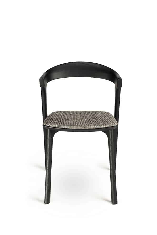 Bok, chaise en chêne noir et assise tissu. 50 x P 53 x H 76 cm. Design Alain van Havre. ©Ethnicraft