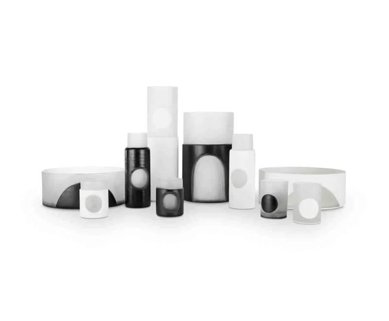 Carved Family, vases en verre noir et blanc soufflé bouche, sculpté à la main. ©Tom Dixon