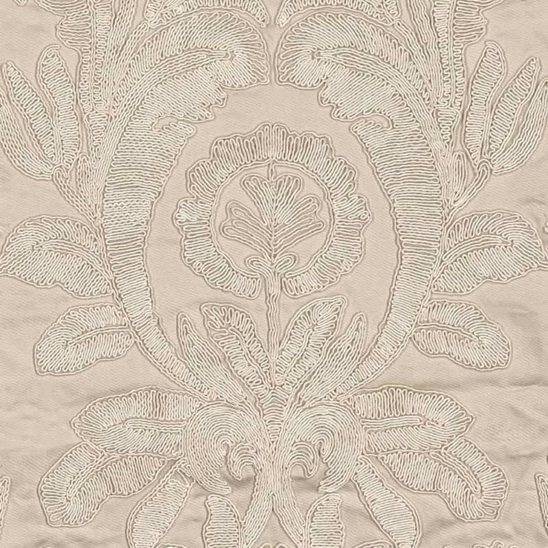 Charme de Circé, satin de coton brodé. Laize 131 cm. Rideau et coussin. ©Misia