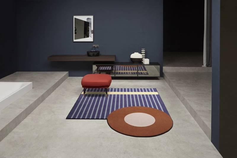 Geometrie Volanti, tapis de bain inspiré du début du XXe siècle et des années 1960. En velours imprimé tufté technique. 250 x 200 cm. Design Paola Pastorini. ©antoniolupi