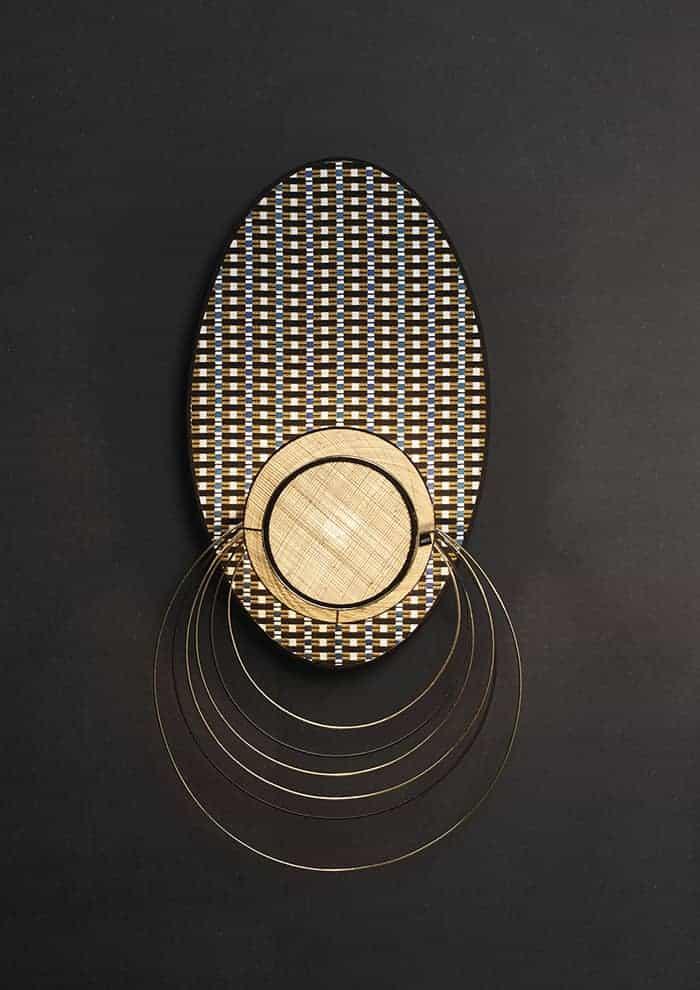 Massaï, applique ethnique composée d'un tambourin en raphia et de cercles en métal. Patère murale en métal peint finition sablée. 40 x P 24,5 x H 79 cm. ©Market Set