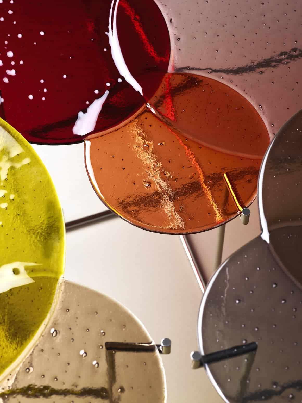 Pastille, détail des tables basses en verre fusionné et métal nickelé, signées par le designer de l'année 2019 Sebastian Herkner. ©Edition van Treeck