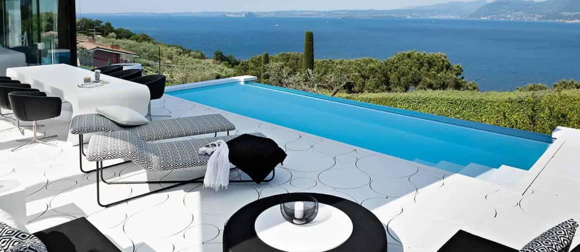 Plage de piscine réalisée en Hi-Macs® Alpine White, ainsi que l'îlot repas. Design Dreer-Graf GmbH. Photographe Melanie Gotschke