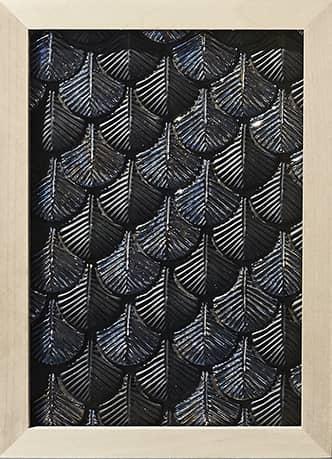 Plumage, décor mural artisanal, en céramique peinte à la main. Design Cristina Celestino. ©Botteganove