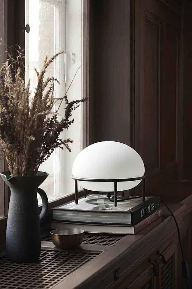 Pump, lampe de table en acier tubulaire et verre opale doux. ø 24 x H 22 cm. Design Kutarq Studio. ©Woud