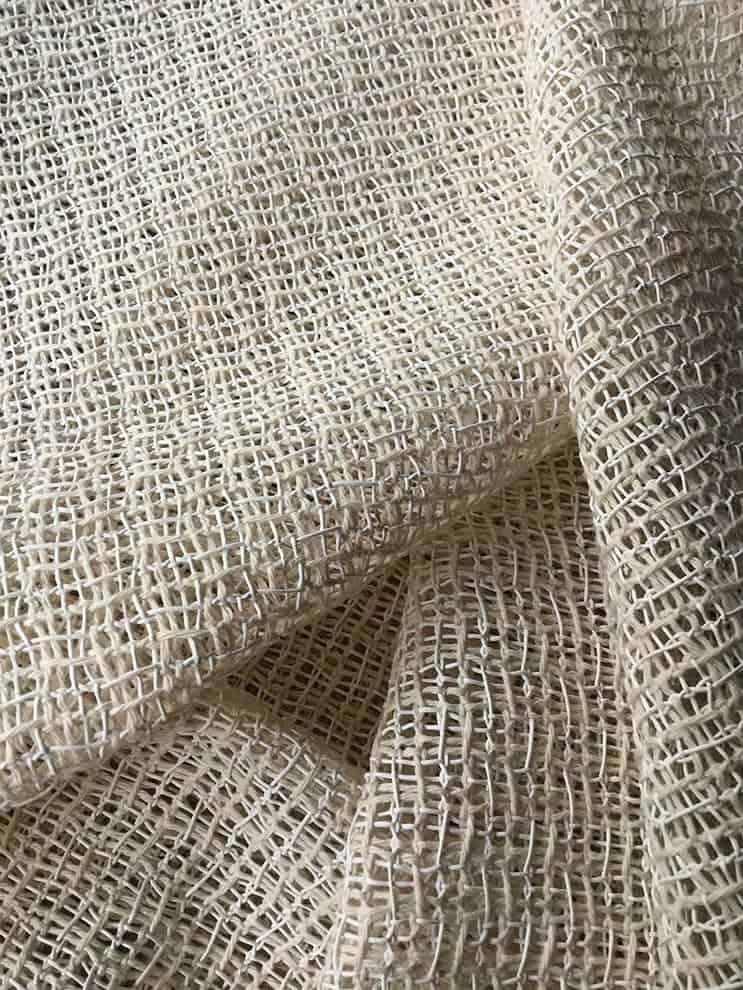 Rideau Entrelace, coloris Poudreuse. Maille de fils de coton, de laine et de cuir. Laize 180 cm. ©Bisson Bruneel