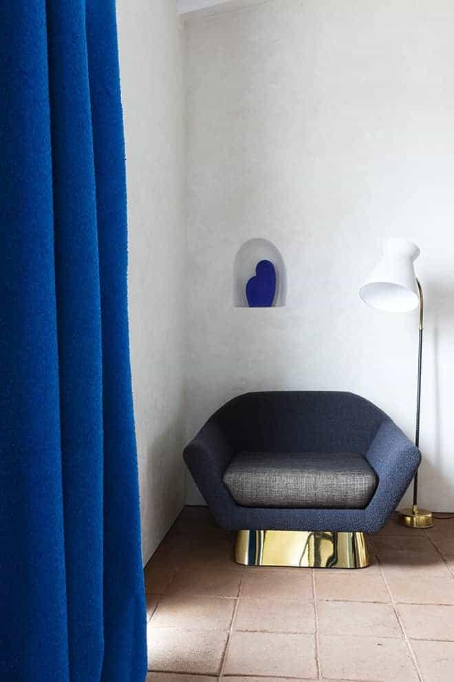 Rideaux Mies (laize 140 cm) et Equilibre (laize 140cm) sur fauteuil Koumac. Design Thierry Lemaire. ©Métaphores
