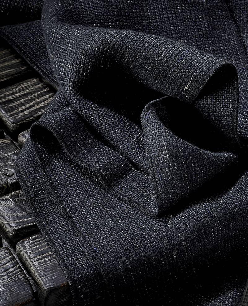 Tissu Black Mountain, en lin, acrylique et polyamide. Collection Wanderlust. Laize 145 cm. Rideau et tapisserie. ©de Le Cuona