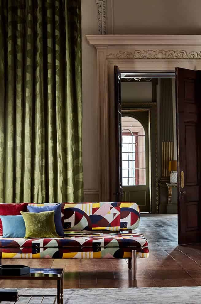 Tissu d'assise Abstract 1928 (100 % lin) et rideaux D'Arcy Stripe Olivine. ©Zoffany