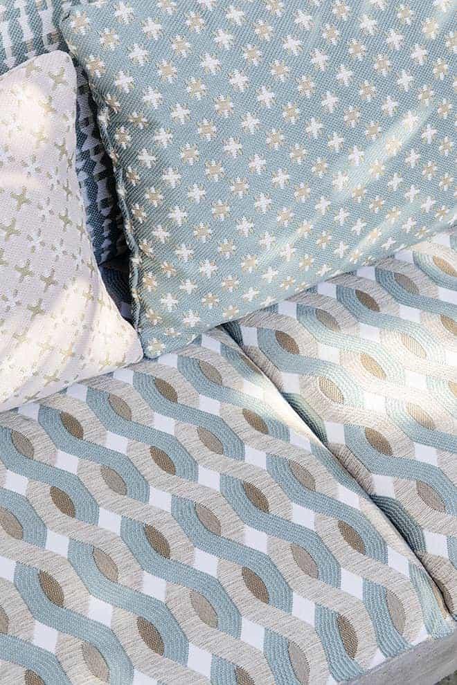 Tissu outdoor Farniente, en fibres naturelles techniques. Laize 142-143 cm. Siège et accessoire. Modèles Sebino et Aquarama. ©Élitis