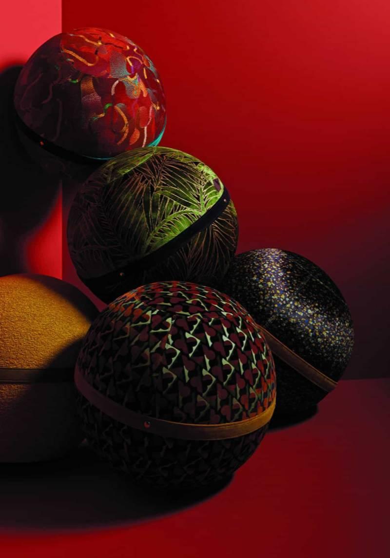 Velours à motifs Cérame 100 % coton, laize 150 cm et velours Myriade en viscose, coton, polyester, laize 140 cm. Rideau et siège. ©Nobilis