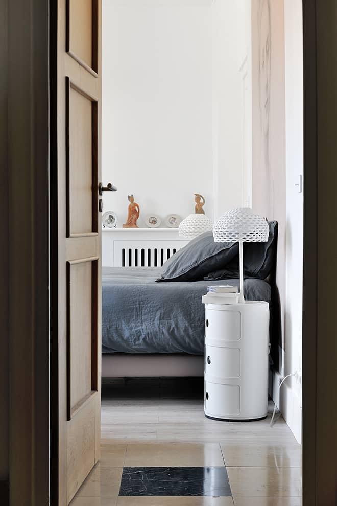 Côté cour, la troisième chambre arbore un style plus « classique ». Chevet Componibili (Kartell) et lampes Tatou (Flos).