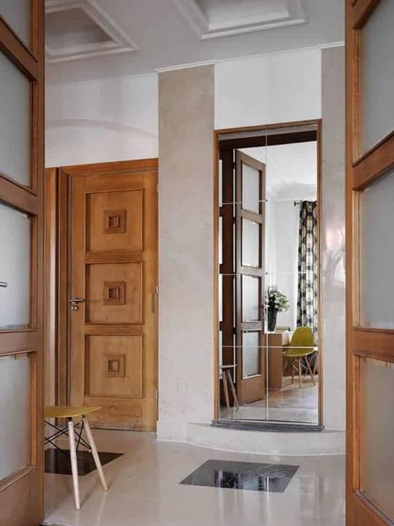 Dès l'entrée, le couloir donne le ton Art déco, entre marbre, boiseries ornementales, miroirs, tous d'origine.