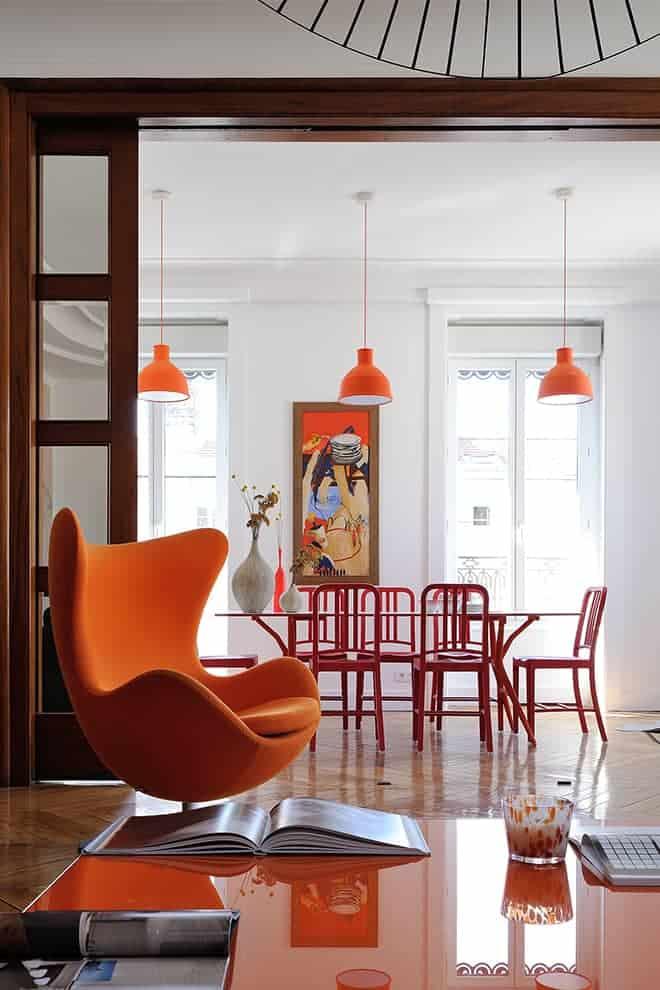 Le salon et la salle à manger, côté rue, s'égayent de couleurs vitaminées, portées par le fauteuil Egg (Fritz Hansen), les chaises Navy (Emeco) au Bon Marché et les suspensions Unfold (Muuto).