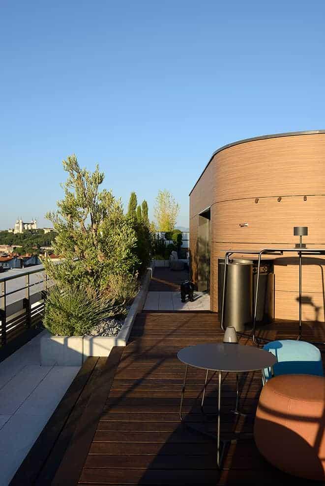 La cuisine d'été, reliée au salon, a été designée par l'agence Fleury, inspiré de la table basse Mood (Manutti). Poufs Nomad (Tribù).