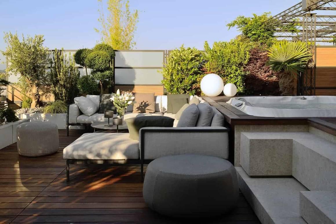 La terrasse, au nord-est, est agrémentée d'un spa Jacuzzi (Espace Crozet), encapsulé dans une structure bois créée par l'agence Fleury à l'instar de l'ensemble paysager, réalisé par la jardinerie Miachon.