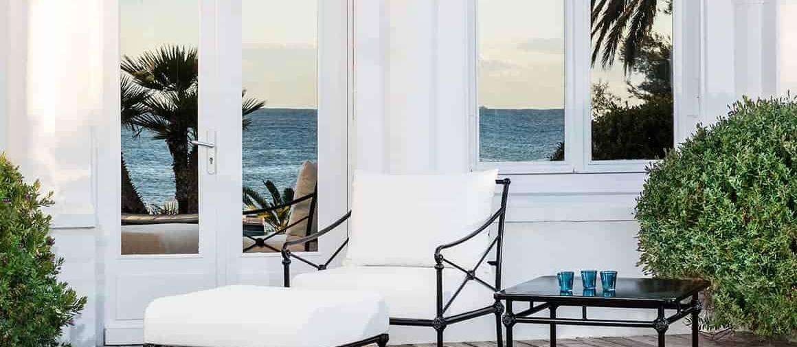 1800, salon inspiré du banc de la styliste Madeleine Castaing. Fauteuil bas, repose-pieds et tables basses en aluminium laqué mat. ©Tectona