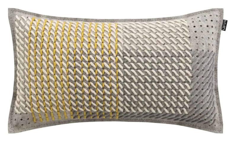 Canevas Geo, coussin avec technique du points de croix – fils de laine sur feutre perforé. 61 x 36 cm. Design Charlotte Lancelot. ©Gan Rugs