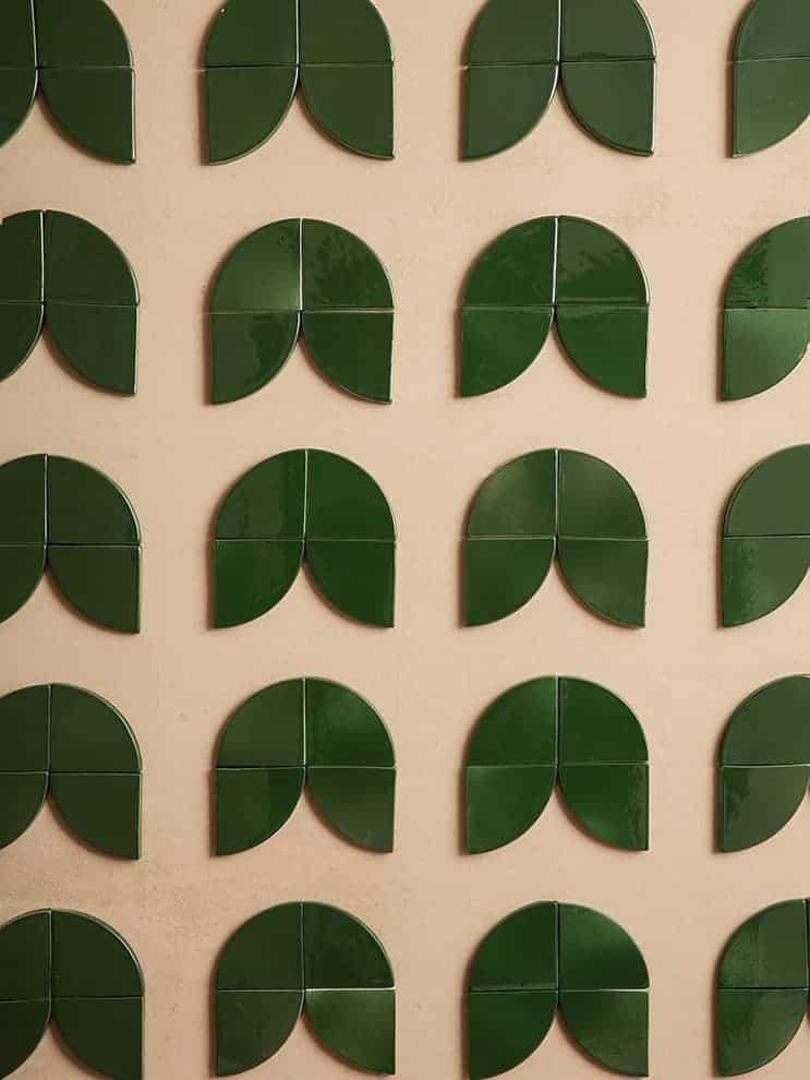 Delizie, carreaux émaillés muraux de la collection Giardino delle Delizie. À combiner pour créer un seul motif prédéfini. Coloris glossy forest. 9,5 x 9,5 cm. Design Cristina Celestino. ©Fornace Brioni